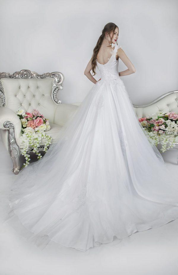 Svatební šaty s dlouhou vlečkou a šněrovačkou