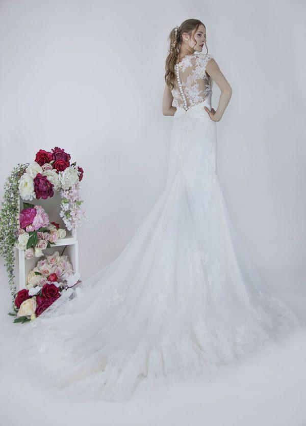 Krajkový výstřih na zádech svatebních šatů