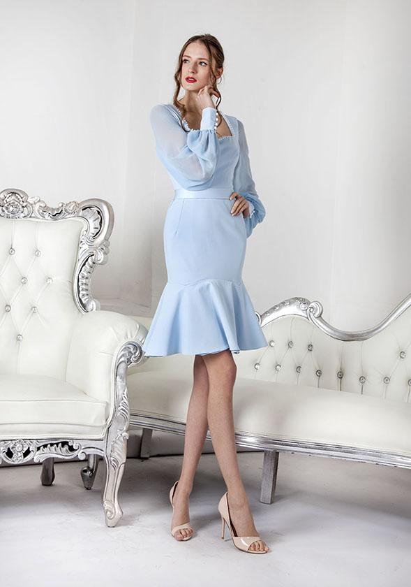 Krátké obepínající společenské šaty se sukní s volány