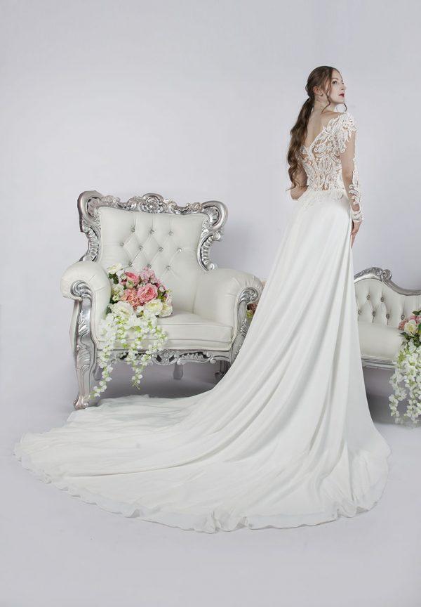 Splývavé svatební šaty s dlouhou vlečkou