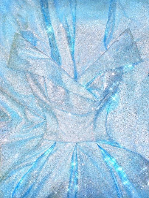Maturitní šaty z třpytivého materiálu