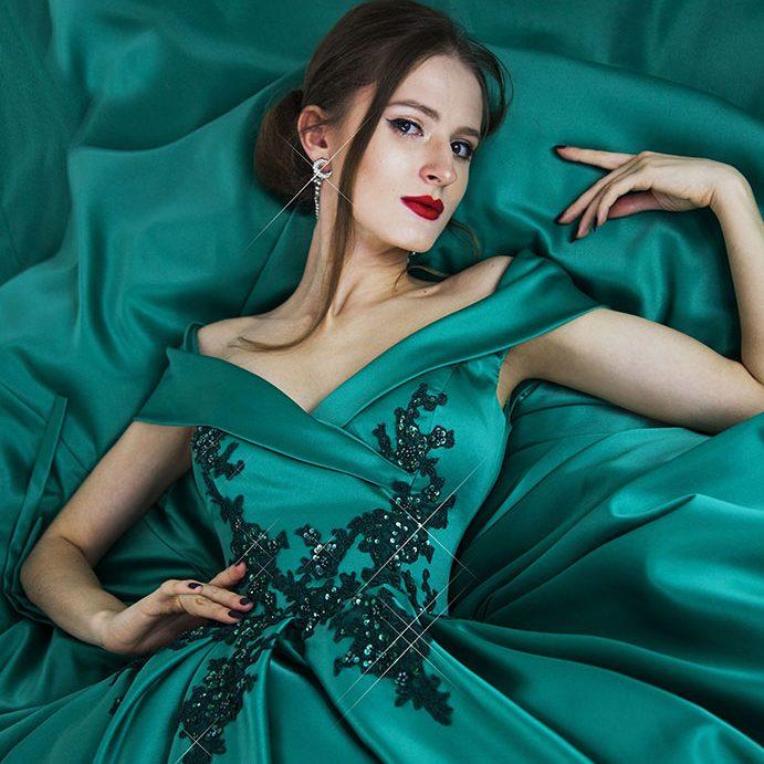 Plesové šaty ze saténu zelené barvy
