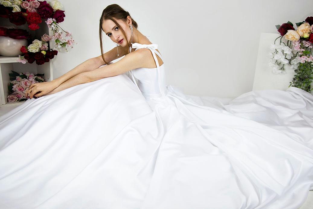 Jak nosit boho svatební šaty ze saténu a krásnou sukní