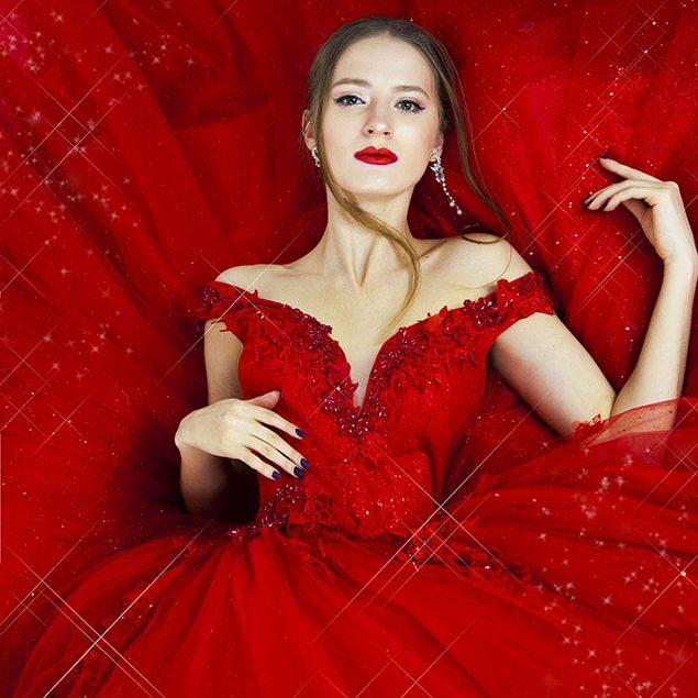 Třpytivé plesové šaty červené barvy