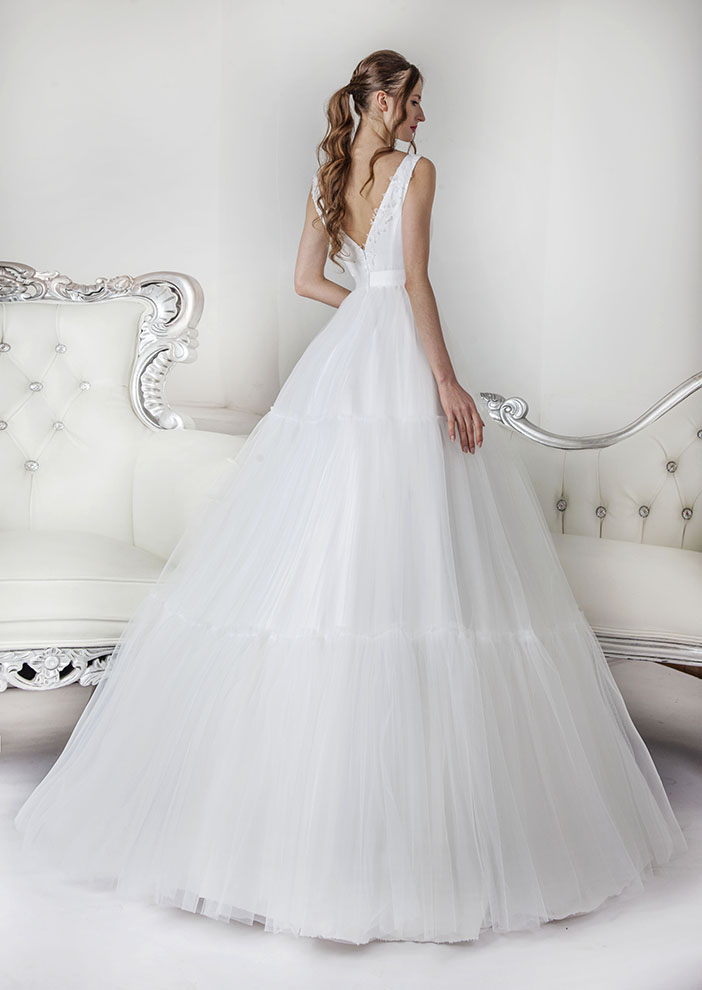 Bílé svatební šaty s volánovou tylovou sukní