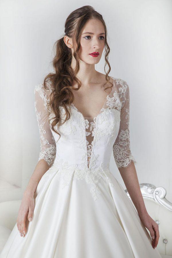 Svatební šaty s korzetem z krajky a saténu