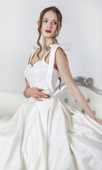 Svatební šaty s hladkou áčkovou sukní