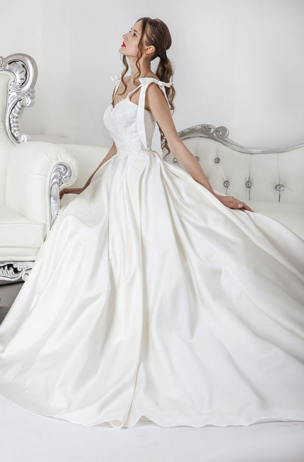 Svatební šaty pro princeznu ze saténu