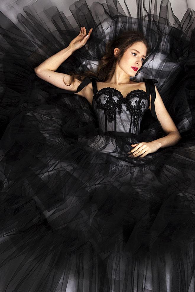 Černé maturitní šaty s krajkou a korzetem