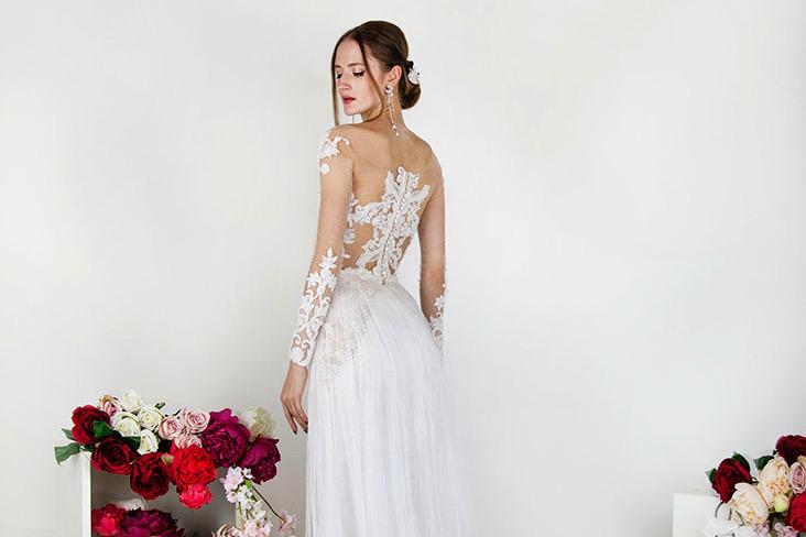 Svatební šaty se saténovou sukní a korzetem