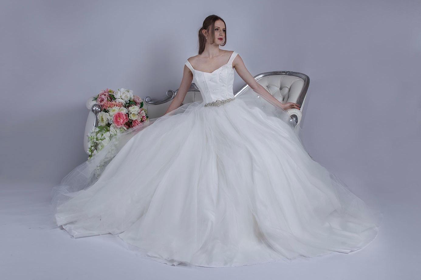 Tylové svatební šaty s kamínky a se spadlými ramínky