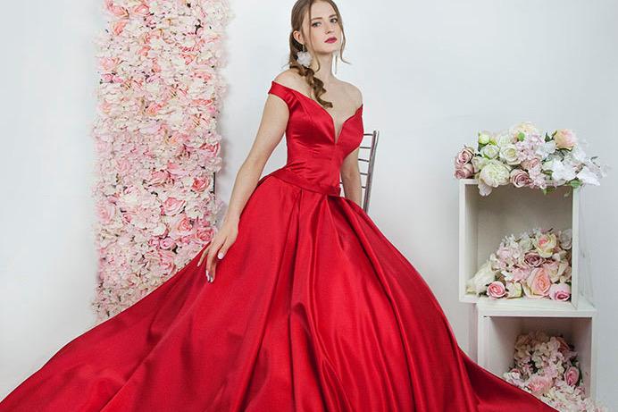 Společenské zásnubní šaty červení barvy na míru
