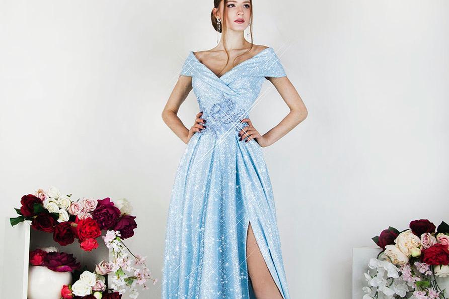 Třpytivé společenské šaty s modrou sukní