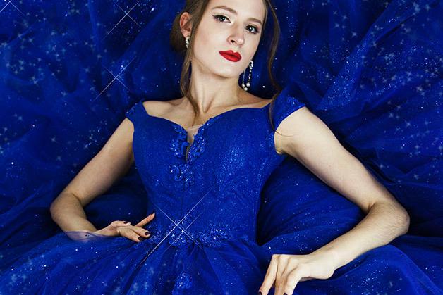 Modré plesové šaty s třpytky